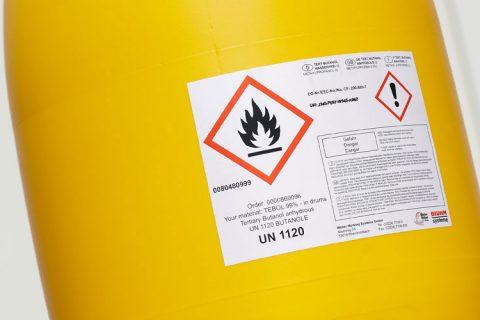 Trommel met etiket voor de etikettering van gevaarlijke stoffen