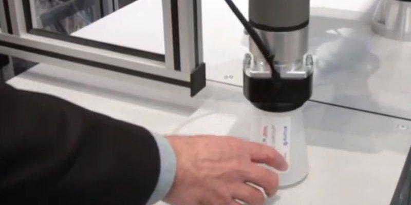 Een cobot presenteert de gepersonaliseerde drinkbeker robots | Weber Marking Systems