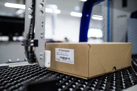 Barcodelabel wordt op een doos aangebracht